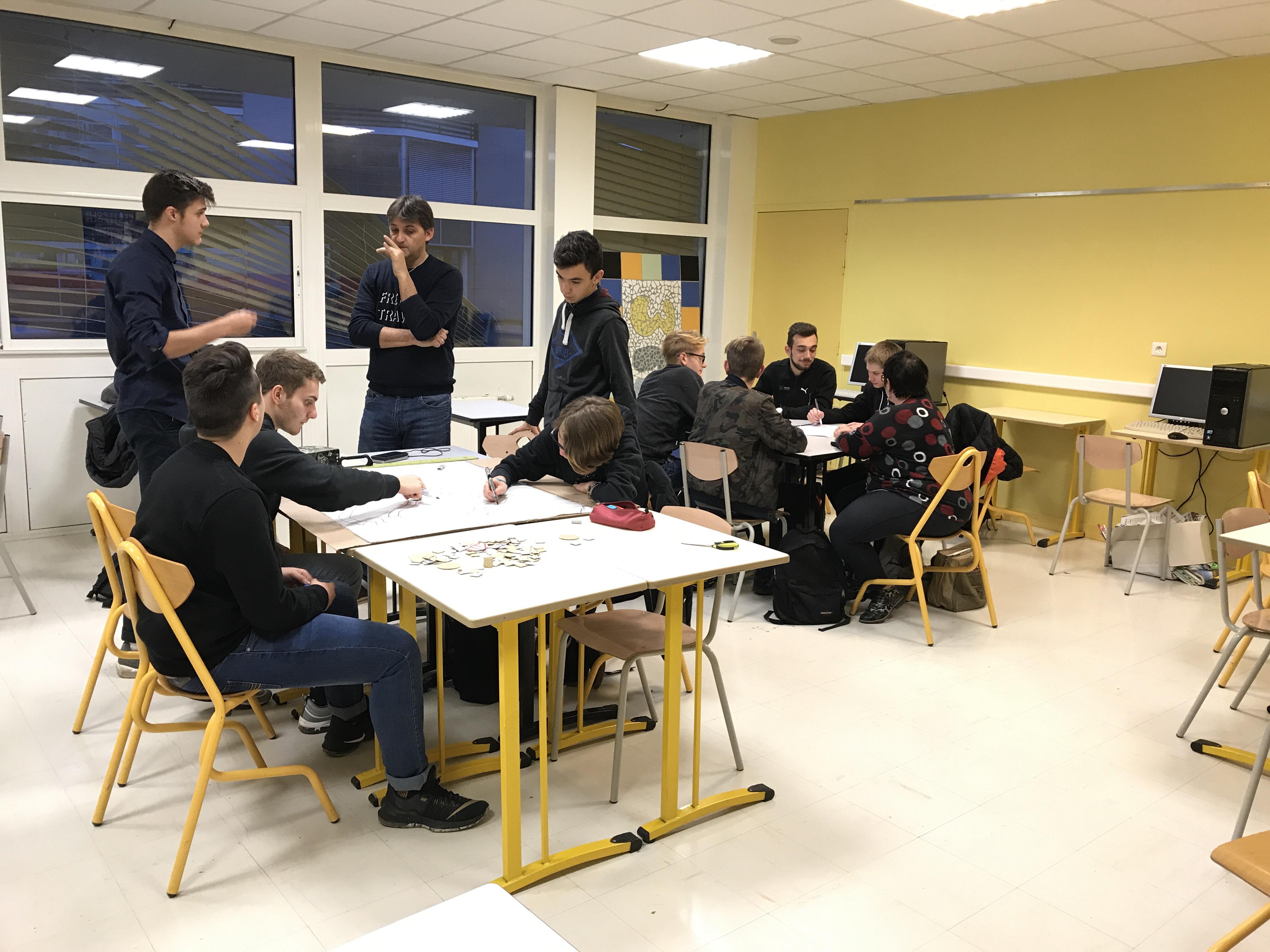 Les élèves au travail sur la réalisation du jeu