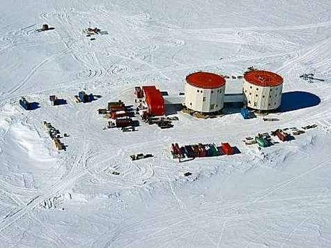 Vue aérienne de la base Concordia en Antarctique