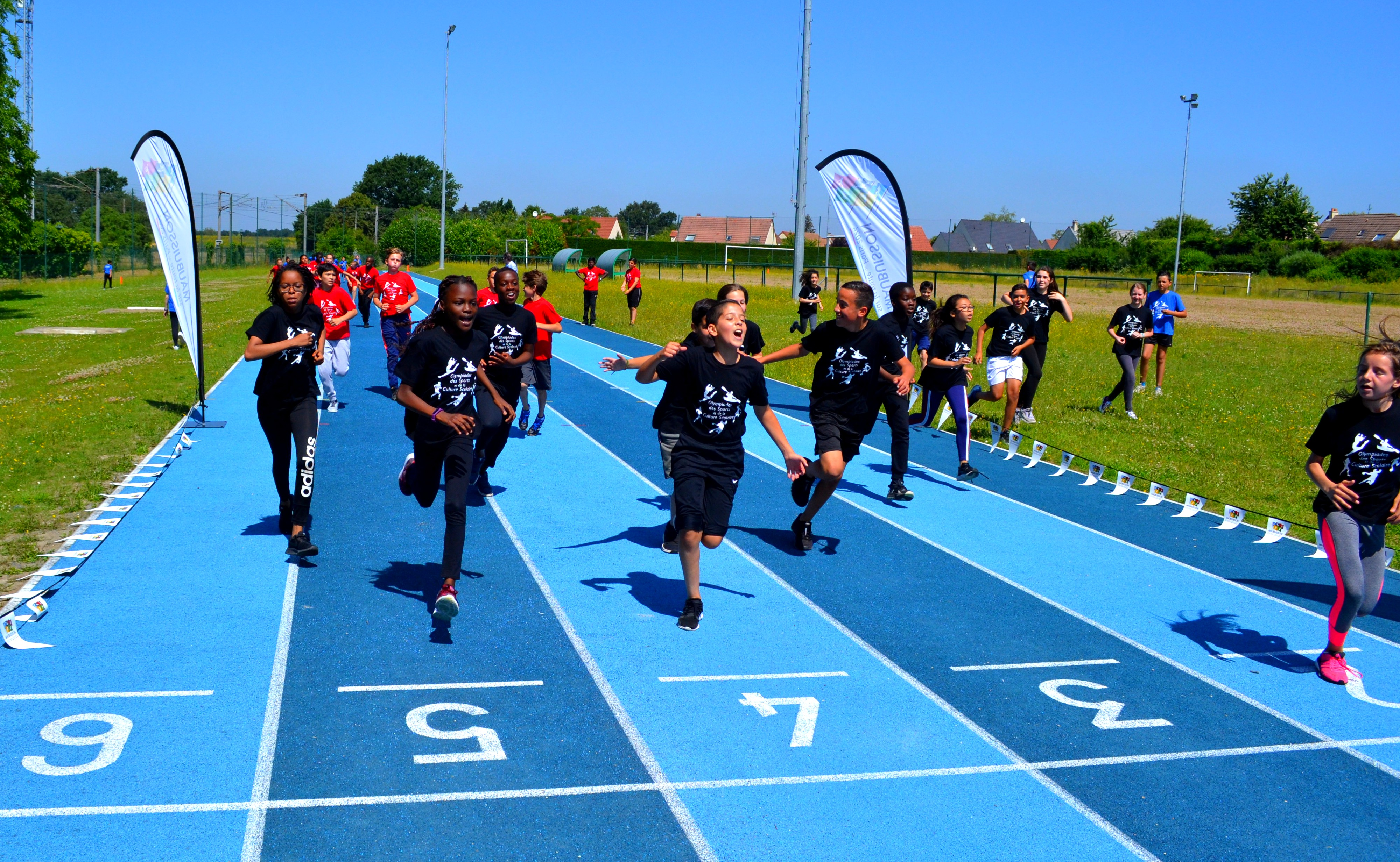 L'arrivée du parcours en équipe et la classe vainqueur des Olympiades saison 1