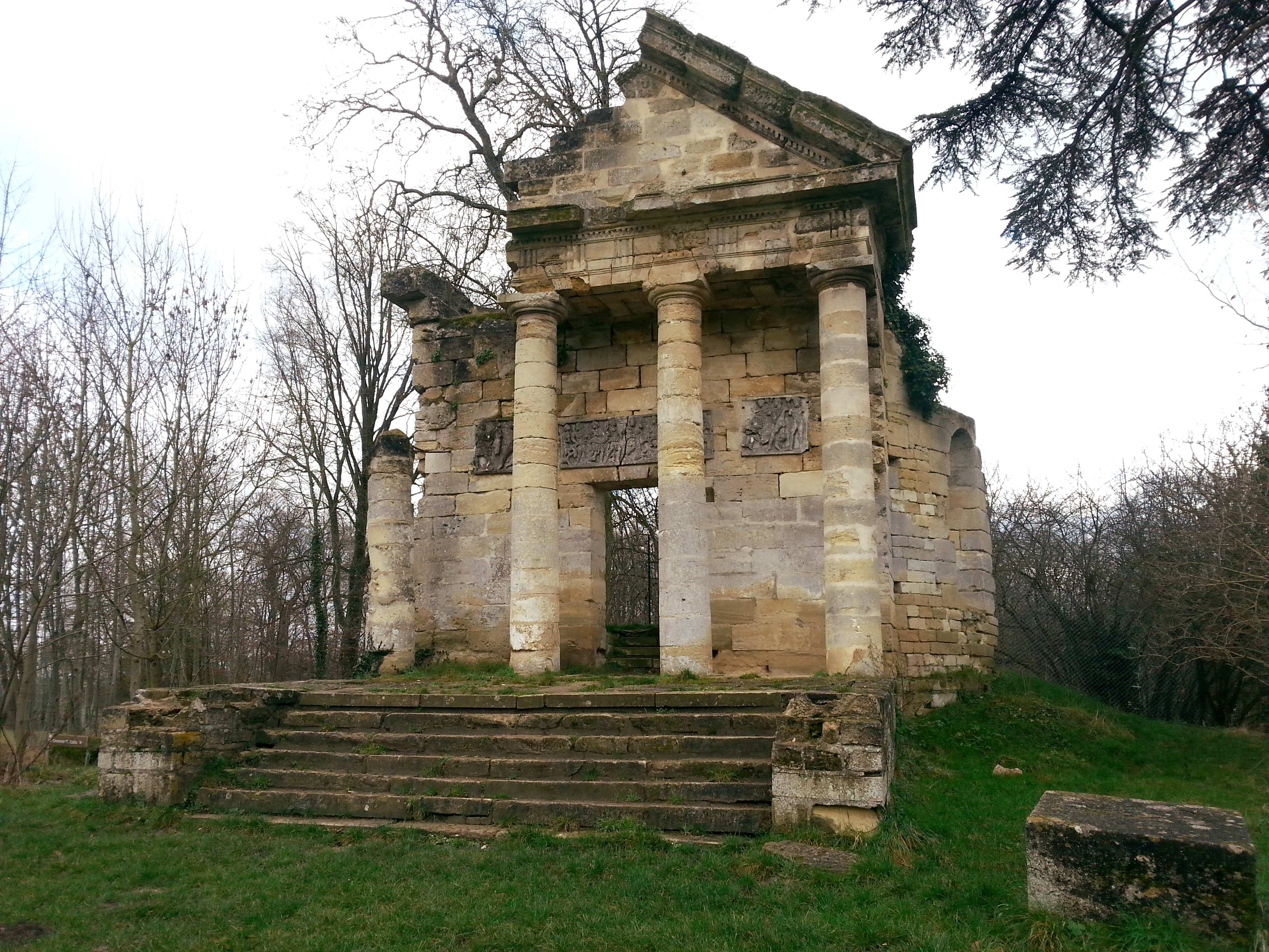 Temple grec en ruine de Jambville