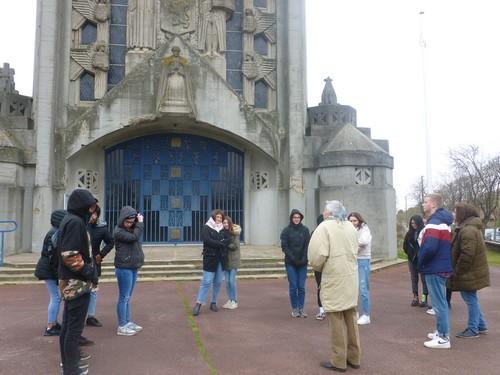 Les élèves (frigorifiés) et leur guide devant l'église