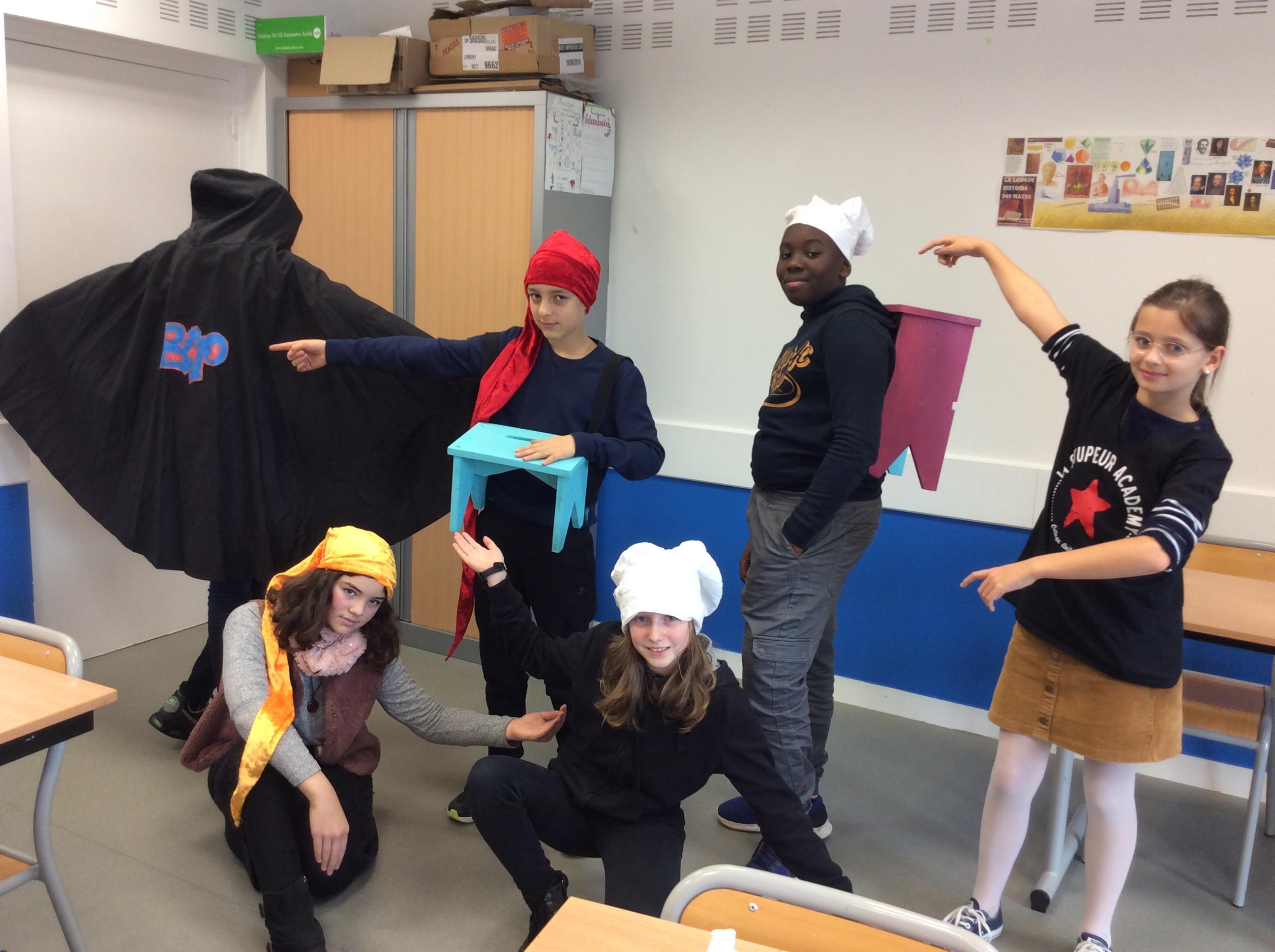 Capes, toques, bonnets en couture ou tabourets portables en menuiserie : tout est fabriqué par les élèves!