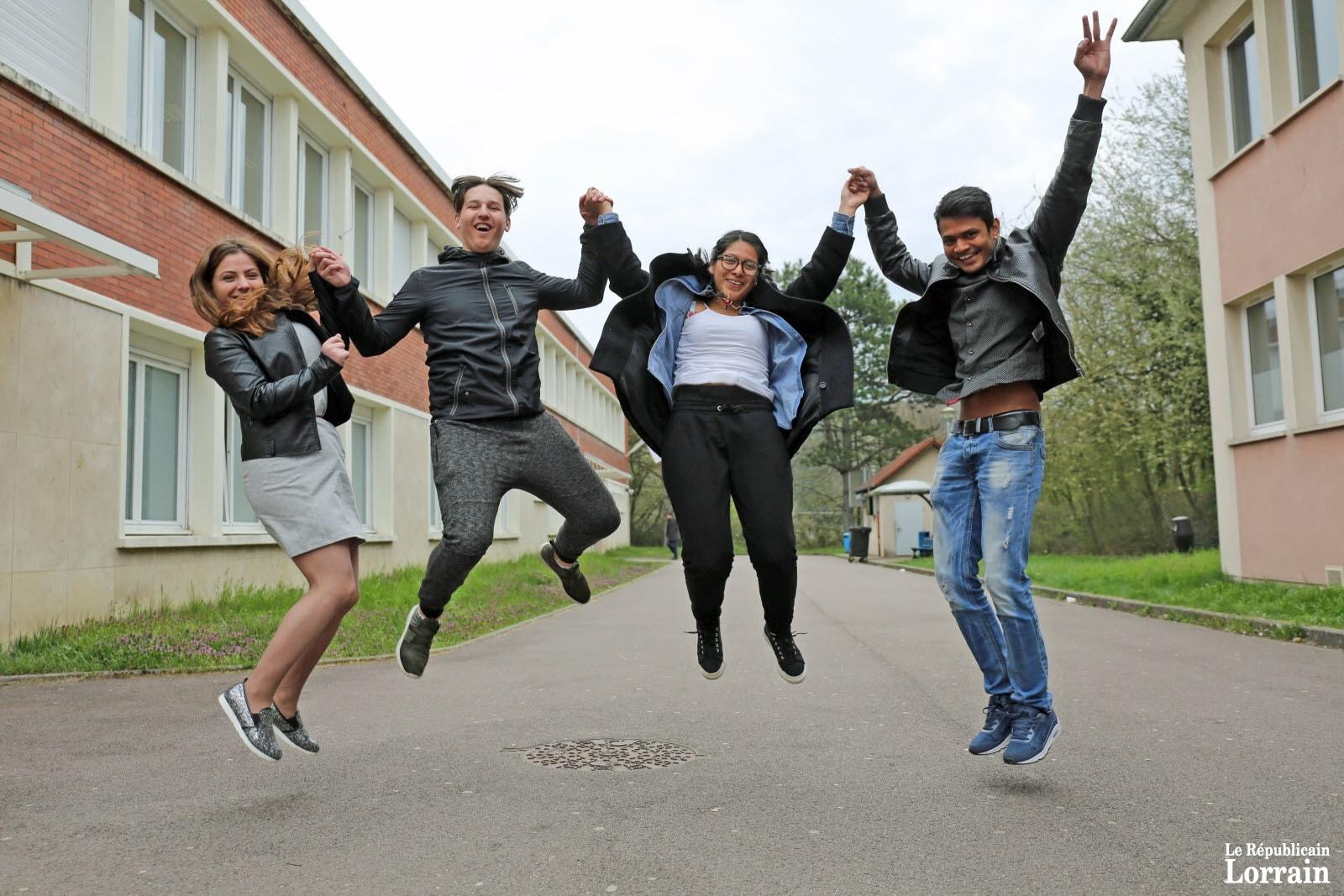 groupe d'élèves dans le joie